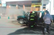 Camioneta sufre amago de incendio frente a la Plaza