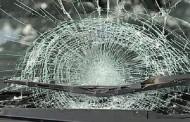 Hermanos destrozaron vidrios de furgón de vecino a peñascazos