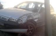 Conductora que viajaba en auto con dos hijos se estrella contra un poste