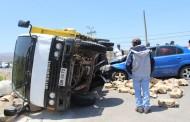 Tres heridos en choque entre camión y automóvil