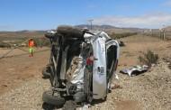 Vehículo en el que viajaban cuatro niños vuelca en la carretera