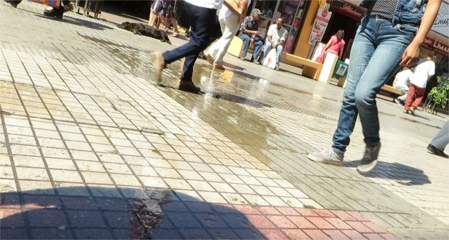 Agua sucia hacia el paseo peatonal: ¿Quién controla esto?
