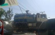 Lectora capta el momento en el que gran camión se engancha con cables y quiebra poste