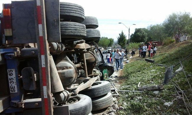 Camión vuelca y cae a quebrada de 20 metros en ruta 5 norte
