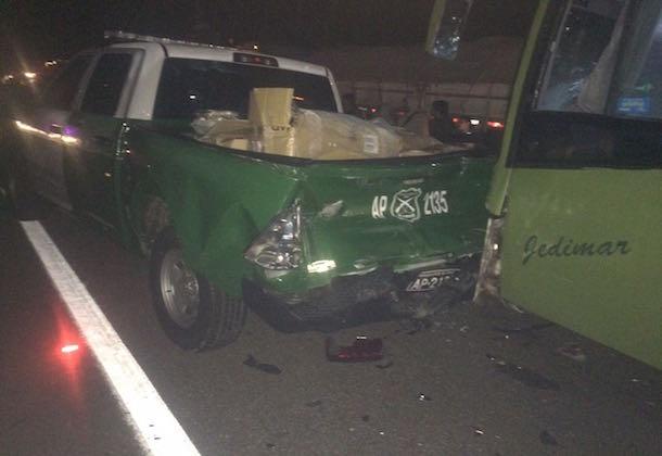 Cuatro carabineros lesionados tras colisión de bus interprovincial con camionetas institucionales