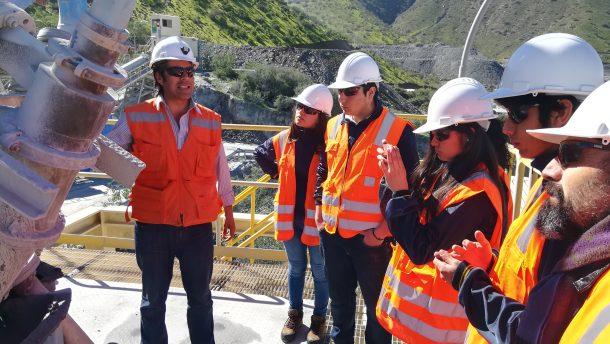 Estudiantes conocen actividad minera con visita en terreno