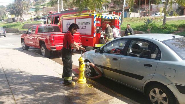 Vehículos estacionados frente a grifo de agua dificultan la labor de bomberos