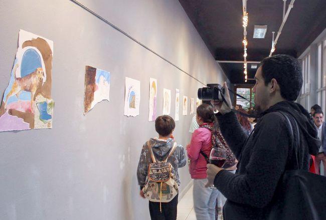 Artista visual utilizando el pincel expone la realidad de los perros callejeros en Latinoamérica
