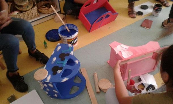 Apoderados de jardín infantil hicieron a mano regalos para sus pequeños