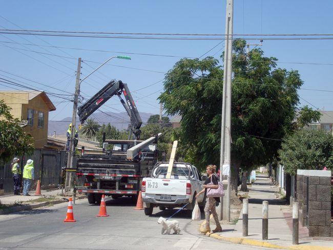 Camioneta chocó poste y dejó a media población sin electricidad