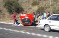 AHORA: Automóvil vuelca en la cuesta El Hinojo