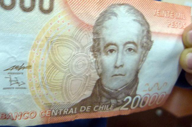 Mujer cambió en la calle dinero y le entregaron billetes falsificados