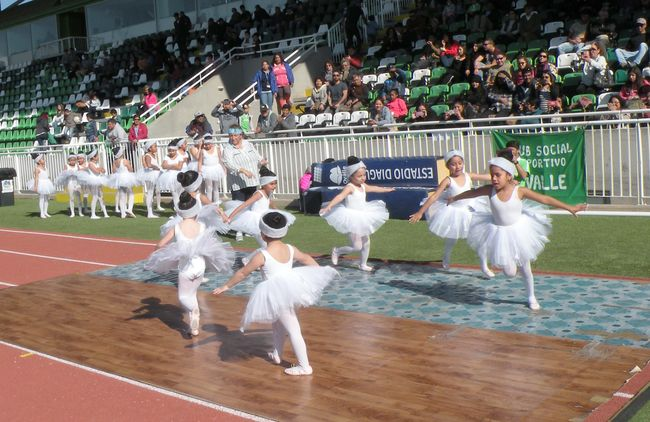 Pequeñas bailarinas de danza clásica deslumbran en el Estadio Diaguita