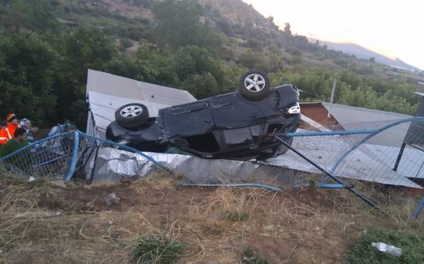 Vehículo vuelca en sector La Paloma y cae sobre garage de domicilio particular