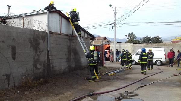Inflamación de calefón provoca incendio en población Fray Jorge
