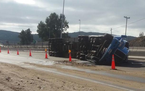 FotoNoticia: Aún no retiran camión volcado en cruce Socos