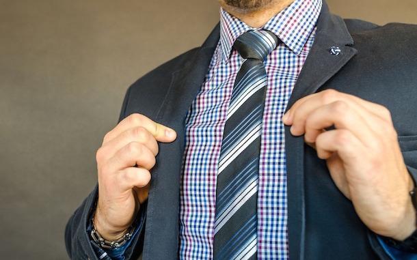 La corbata del Asesor y el desagrado del diputado