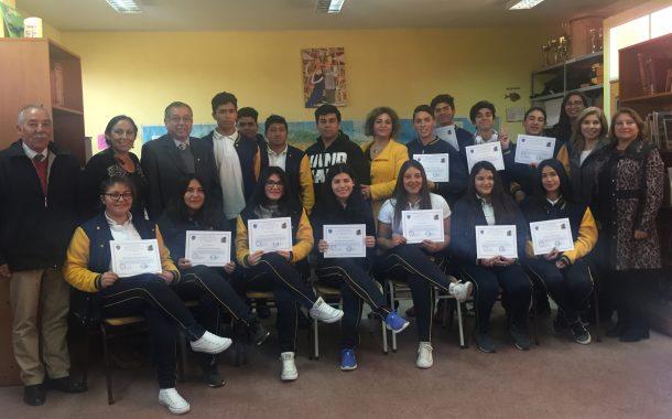 Liceo Raúl Silva Henríquez destaca a sus mejores estudiantes