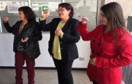 Funcionarias de Educación aprueban curso de lengua de señas