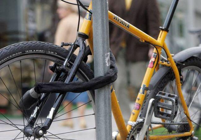 Se tentó con la bicicleta de un niño en un pasaje y lo pillaron
