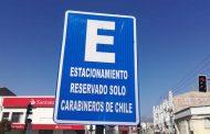 ¿Por qué algunos Carabineros estacionan sus autos particulares en áreas destinadas a vehículos institucionales?