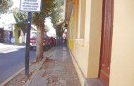 Una acera con problemas en calle Maestranza