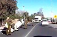 Vuelca automóvil y sus ocupantes lo dejan abandonado