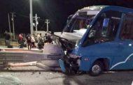 Bus con pasajeros choca contra barrera de Peaje de ruta D- 43 : 20 lesionados