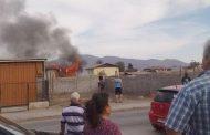 Bomberos trabajan en incendio de vivienda en la población San Josè de La Dehesa