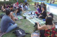 """Jóvenes realizaron en la Plaza una """"Mateada Conversable"""" para re encantar a la comunidad"""
