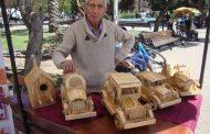 Trabajos de artesano admiran a visitantes a Feria artesanal de la Plaza de Armas