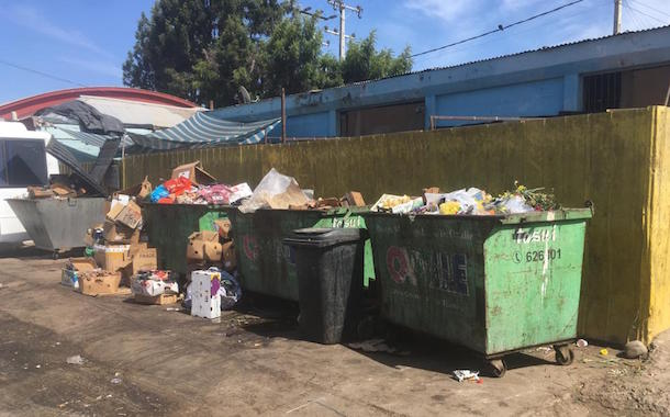 Lector denuncia que depósitos de basura de La Feria Modelo despiden fuertes olores