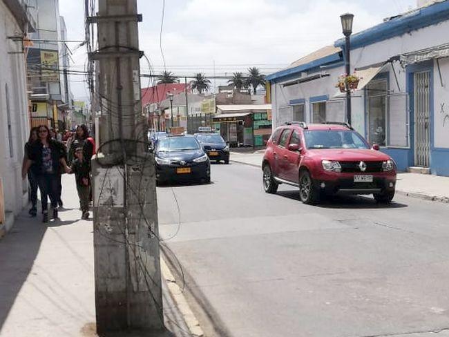 Cables que cuelgan hacia la calle son un peligro inminente