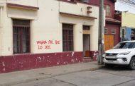 Detienen a mujer rayando el muro de una casa en el centro de Ovalle