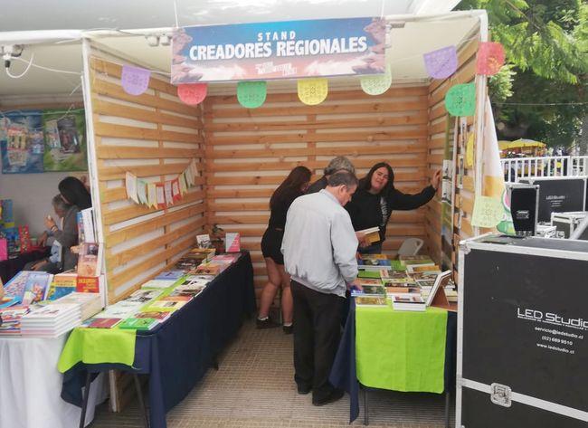 Puesto de escritores regionales es uno de los favoritos en la Feria del Libro de Ovalle