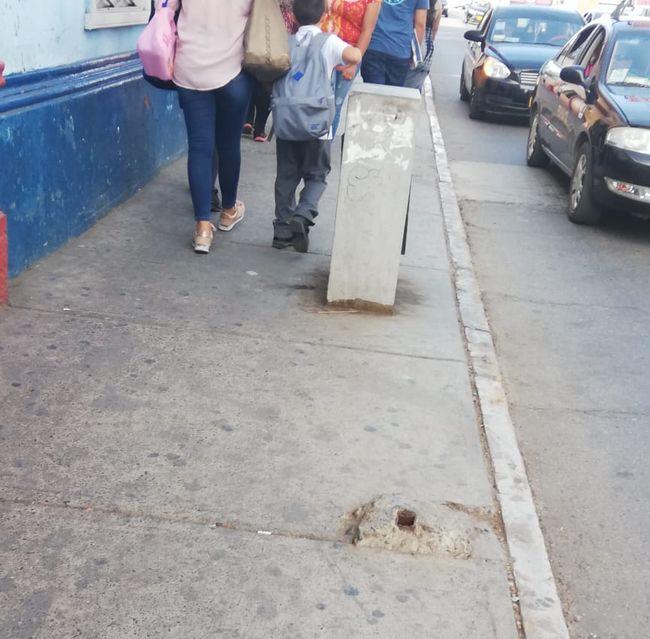 """Retiran señal de tránsito y dejan """"trampa """" para ancianos en la acera"""