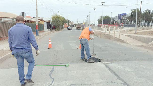 Pulgar arriba: Con sistema de asfalto en frío reparan baches en calles de Ovalle