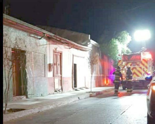 Colchón en llamas alertó anoche a bomberos