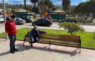 Para que entiendan los porfiados: instalan señaléticas de distanciamiento social en bancas de paseos públicos