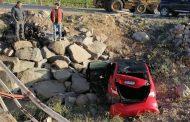 """Milagrosa escapada de conductor de automóvil que """"voló"""" sobre puente"""