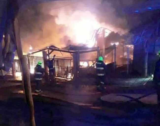 Incendio deja convertido en escombros conocido negocio de El Guindo Alto