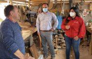 Emprendedor de Río Hurtado potencia su negocio de artesanía en madera
