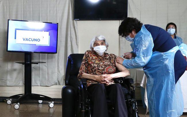 Laura Areyuna, la primera adulta mayor vacunada en Chile contra COVID-19