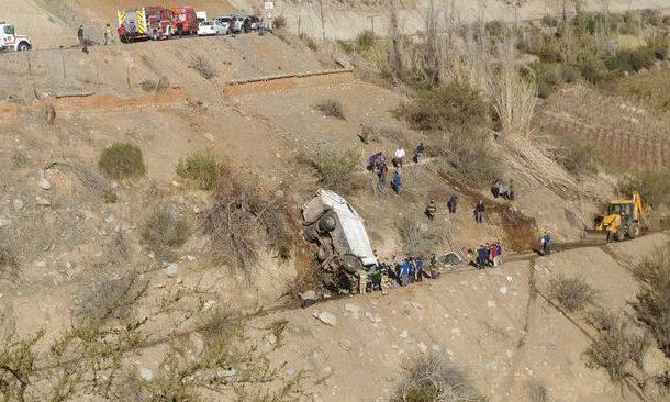 Camión recolector de basura cae a barranco de más de 40 metros de profundidad